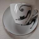 Modern macskás motivúmmal díszített porcelán teás-kávés csésze alsóval, Konyhafelszerelés, Bögre, csésze, Festett tárgyak, Kerámia, Macskás mintával megfestett porcelán csésze alsóval. A termék kézzel festett, porcelán égetőkemencé..., Meska