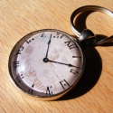 Üveglencsés fém kulcstartó- Zsebóra, Mindenmás, Férfiaknak, Kulcstartó, 3 cm átmérőjű fém alapra készült ez a kulcstartó. Tesztelve lett strapabírósága, így nyugodt szívvel..., Meska