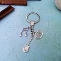 CsakFém kulcstartó- Gitáros ezüst, Fém fityegőkből összeállított kulcstartó, t...