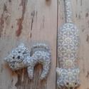 Kapaszka és kabalacica, A két cica ugyanolyan mintás anyagból készült...