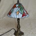 Tiffany üveg lámpa - tulipános , Képzőművészet, Otthon, lakberendezés, Dekoráció, Lámpa, Üvegművészet, Egyedi tervezésű lámpa! tulipán motívummal. Spektrum üvegből készült. A talpa rézötvözet.  Méretei:..., Meska