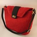 Horgolt piros táska fekete kiegészítőkkel. , Táska & Tok, Válltáska, Kézitáska & válltáska, Horgolás, Újrahasznosított alapanyagból készült termékek, Póló fonalból horgolt tűzpiros táska fekete kiegészítőkkel.  Vállpántja állítható.  Mosása: 30°C-on..., Meska
