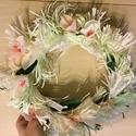 Tavaszi papírkoszorú, Dekoráció, Dísz, Koszorú, Asztaldísz, Ajtódísz, kopogtató, Világos, pasztell színek felhasználásával készült krepp papírkoszorú. Virágok és papírcs..., Meska