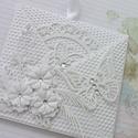 Fehér a fehéren, Naptár, képeslap, album, Ajándékkísérő, Papírművészet, Fehér strukturált kartonból készült ez a szokatlan formájú üdvözlőlap. A lap eleje egy kis tasakot ..., Meska
