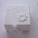 Köszönetajándék dobozka, Naptár, képeslap, album, Esküvő, Ajándékkísérő, Meghívó, ültetőkártya, köszönőajándék, Papírművészet, Fehér strukturált kartonból dombormintás rátéttel készült köszönetajándék átadó vagy ajándékkísérő ..., Meska