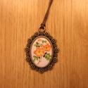 Kézműves Csupa Virág ovális nyaklánc, Ékszer, Nyaklánc, Egyedi Virág mintás nyaklánc.  Saját készítésű, egyedileg összerakott. A kép mérete: 2,5x2cm. A nyak..., Meska