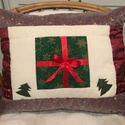 Karácsonyi patchwork díszpárna, Dekoráció, Otthon, lakberendezés, Ünnepi dekoráció, Lakástextil, Patchwork, foltvarrás, Kétoldalas patchwork díszpárna karácsonyi díszítéssel, cipzárral záródik. A 2 feltöltött kép a párn..., Meska