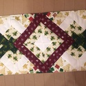 Karácsonyi patchwork asztali futó, Dekoráció, Otthon, lakberendezés, Lakástextil, Terítő, A futó beavatott karácsonyi motívumos pamutvászon anyagból, műszálas közbéléssel, patchwor..., Meska