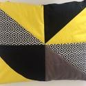 Fekete-fehér-sárga-szürke háromszöges díszpárna
