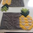 2 db-os ananászos tányéralátét szett, Otthon, lakberendezés, Lakástextil, Terítő, Patchwork, foltvarrás, Varrás, A 2 db-os tányéralátét szett beavatott kockás, pöttyös pamutvászonból és zöld , szürke taft anyagbó..., Meska