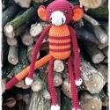Muki, Játék, Játékfigura, Bordó és narancssárga színű, kevert fonalból horgolt majmocska, szilikonos töltőanyaggal, bi..., Meska