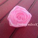 Csuda rózsa bross- finom rózsaszín, Mindenmás, Ékszer, óra, Bross, kitűző, Mindenmás, Selyemszaténból készült, egyedi, finom rózsaszínű Csuda-rózsa bross.  Átmérője 6,5 centiméter.  A h..., Meska