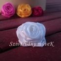 Csuda rózsa bross - hófehér, Mindenmás, Selyemszaténból készült, egyedi fehér Csuda-rózsa bross.  Átmérője 4 centiméter.  A harmad..., Meska
