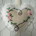 Csipkés rózsás hímzett szívecske Anyák napjára, Anyák napja, Hímzés, Varrás, Ez az alkotás filc anyagból varrt szívecske, amire bullion technikával rózsaszín színű rózsákat hím..., Meska