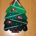 Karácsonyfa, fenyőfa, ajtódísz, Dekoráció, Ünnepi dekoráció, Karácsonyi, adventi apróságok, Karácsonyi dekoráció, Varrás, Több színű zöld filcből készült karácsonyfa, ablakod vagy ajtód dísze lehet. A fát világos selyem s..., Meska