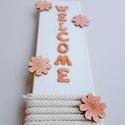 Welcome üdvözlő tábla ajtóra virágokkal, Dekoráció, Otthon, lakberendezés, Dísz, Ajtódísz, kopogtató, Natúr színekben pompázó kellemes hangulatot nyújtó, csodaszép üdvözlő tábla ajtóra.   Méret: 30x9.2 ..., Meska