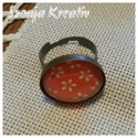 Piros-fehér kis virágos gyűrű, Ékszer, Gyűrű, A képen látható ékszernél ezt a vidám piros-fehér kis virágos papírt rögzítettem a gyűrűalap és a le..., Meska