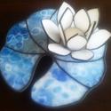 Kék tavirózsa tiffany mécsestartó dísz, Otthon, lakberendezés, Dekoráció, Ünnepi dekoráció, Gyertya, mécses, gyertyatartó, Mindenmás, Üvegművészet, Gyönyörű lótuszvirág hófehér szirmokkal és izgalmas kék üveg-levélen. A lótusz nemcsak a tisztaságo..., Meska