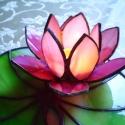Rózsaszín tyffany lótusz, Otthon, lakberendezés, Dekoráció, Ünnepi dekoráció, Gyertya, mécses, gyertyatartó, Mindenmás, Üvegművészet, Gyönyörű élénk rózsaszín lótuszvirág   hullámos csillogó lakréteggel bevont zöld levélen. A lótusz ..., Meska