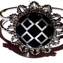 Black and white karkötő, Ékszer, Karkötő, Ékszerkészítés, Stílusos fekete és fehér színekben pompázó üveglencsés karkötő virág alakú díszítéssel.  A terméken..., Meska