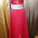 Coral színű Alkalmi ruha , Magyar motívumokkal, A ruha szaténból készült fehér sujtás zsinórral ,hátán húzózáras megoldással. Mérete :..., Meska