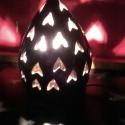 Arany csillámos lámpa szív alakú díszítéssel, Otthon, lakberendezés, Lámpa, Asztali lámpa, Hangulatlámpa, Kerámia, A lámpatest korongozott, áttörése kézzel készült. Színe arany csillámos feketés-lilás, a csillámok ..., Meska