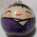 Gömb alakú kokeshi lány medál lila ruhában, Ékszer, óra, Medál, Nyaklánc, A bájos baba egy medál. Világos lila ruhát visel, melyet sötétlila virágok díszítenek. Báj..., Meska