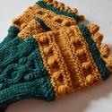 Arany és smaragd - ősz és tél - kötött kézmelegítő sötétzöld és aranysárga gyapjú fonalból fonott és bogyós díszítéssel, Smaragdzöld és aranysárga fonalból kötöttem ...
