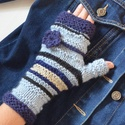 Farmer kék   -    kötött női kézmelegítő puha fonalból kék árnyalatokkal, levehető virág dísszel. Jöhet az ősz és a tél!, Ruha, divat, cipő, Kendő, sál, sapka, kesztyű, Kesztyű, Kötés, Horgolás, Farmerkabátokhoz kiegészítő!  Kék színű fonalakból kötöttem ezt a kézmelegítőt, mely szabadon hagyj..., Meska