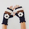 Hóbogyó - levehető virág dísszel készült kötött kézmelegítő bogyó díszítéssel sötétkék, fehér és barna színben., Ruha, divat, cipő, Kendő, sál, sapka, kesztyű, Kesztyű, Bogyók díszítik ezt a kötött kézmelegítőt, melyhez levehető kötött viragok járnak.Ezeket a kézfejre ..., Meska