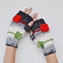 Virágok a havon - újévi kesztyű - dupla  virágdísszel készült kézmelegítő - hó alapon piros és zöld virág. Jöhet a tél!, Havas alapon piros és világoszöld horgolt virá...