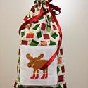 Keresztszemes rénszarvas mintával hímzett zsák, Dekoráció, Ünnepi dekoráció, Karácsonyi, adventi apróságok, Ajándékzsák, Varrás, Keresztszemes betéttel díszített karácsonyi mintás vászonból készült zsák. A piros és zöld ajándékd..., Meska