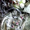 Kisasszony szett.(nyaklánc+fülbevaló), Ékszer, Nyaklánc, Fülbevaló, Ezüst színű medál fehér organza szálon, alján gyöngy függővel. 12 mm-es lencsével készü..., Meska