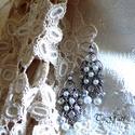 Elin  (fülbevaló), Ékszer, Fülbevaló, Ezüst színű lógós fülbevaló melyet kristályok és gyöngyök valamint egy 5 cm-es fémelem a..., Meska