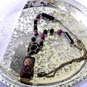 Émily (nyaklánc), Ékszer, Nyaklánc, Antik bronz-arany,  malaga és fekete színű gyöngyös lánc. A téglalap alakú medálra gyurmából készíte..., Meska