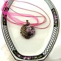 Rózsapáva nyaklánc, Ékszer, Nyaklánc, Bronz, lila kövekkel kirakott páva öleli a kankalinokat ebben a medálban, mely découpage technikával..., Meska