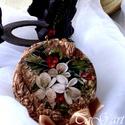 Virággömb (dísz), Dekoráció, Karácsonyi, adventi apróságok, Dísz, Ünnepi dekoráció, 10 cm átmérőjű vintage gömb,  kristályokkal, gyöngyökkel, varázslatos hangulatú nyomattal. A gömböt ..., Meska