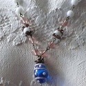 Matrózlány nyaklánc, Otthon, lakberendezés, Ékszer, Nyaklánc, Bronz színű nyaklánc, melyet rózsaszín lámpagyöngy és akril gömb, fém rózsák és óriás lámpagyöngy al..., Meska