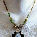 Esperanza nyaklánc, Ékszer, Nyaklánc, Arany színű statement zöldekkel. A medál óriás lepke, melyre üveglencsét ültettem, zsinór fogja közr..., Meska