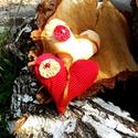 Textil szív, dekoráció piros pöttyös, bézs, mustár, okker színben, Dekoráció, Esküvő, Dísz, Esküvői dekoráció, Varrás, Piros pöttyös és mustár színű textil szív dekoráció. A szív vatelinnel van kitömve. Az előoldalon y..., Meska