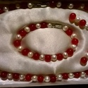 Igazgyöngy - Vörös Jáde  nyaklánc fülbevalóval, Ékszer, Ékszerszett, Nyaklánc, Fülbevaló, Gyöngyfűzés, lánc, fehér tenyésztett 8 mm-es folyami gyöngyből, valamint 8 mm-es vörös jáde gyöngyökből készült...., Meska