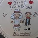 Mókás esküvői emlék, Konyhafelszerelés, Kerámia, Magastüzű bézs színű kerámia alapra festett vicces mintájú esküvői dísztál,falra függeszthető.  Önm..., Meska