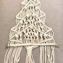 Makramé falidísz, karácsonyfa, Otthon & lakás, Dekoráció, Ünnepi dekoráció, Csomózás, Kézi csomózású, makramé technikával készült karácsonyfa, amely azonnal ünnepi hangulatot teremt ott..., Meska