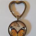 Üveglencsés pillangós kulcstató, Ékszer, Szívecske formájú kulcskarikával készült ez a 3 cm átmérőjű, fém alapú üveglencsés, pi..., Meska