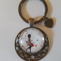 Üveglencsés lányos kulcstartó, Ékszer, Ékszerkészítés, Különleges fém alappal készült ez a lány mintás, üveglencsés kulcstartó, melyet egy pici szívecske ..., Meska
