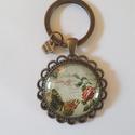 Csipkés vintage üveglencsés kulcstartó, Ékszer, Csipkés szélű fém alappal készült ez a vintage stílusú üveglencsés kulcstartó. Fém alap ..., Meska