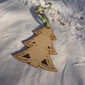 Fenyőfa dísz, Dekoráció, Karácsonyi, adventi apróságok, Dísz, Ünnepi dekoráció, Karácsonyfadísz, Pirográffal díszített fenyő alakú falapocska. Akaszthatod ajtóra, fenyőágra. Egyszerűségével fogja d..., Meska
