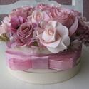 Pasztell rózsadoboz, Dekoráció, Otthon, lakberendezés, Dísz, Asztaldísz, Mindenmás, Virágkötés, A rózsaszín sokféle árnyalatával készítettem ezt a rózsadobozt.Többféle selyemrózsából,apró kiegész..., Meska