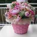 """""""Rózsaszín álom"""" asztaldísz, Otthon, lakberendezés, Dekoráció, Asztaldísz, Dísz, Virágkötés, Rózsaszín fonott kosárba tűztem boglárkát és többféle rózsát,kis zölddel és bogyóval.A kosár szélét..., Meska"""