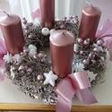 """""""Elegáns rózsaszín""""adventi koszorú,asztaldísz, Otthon, lakberendezés, Dekoráció, Karácsonyi, adventi apróságok, Asztaldísz, Koszorú, Ünnepi dekoráció, Virágkötés, Szalma-toboz alapra készítettem a koszorút, különféle dekor bogyók,díszek,gyertya,gyöngyök,szatén s..., Meska"""